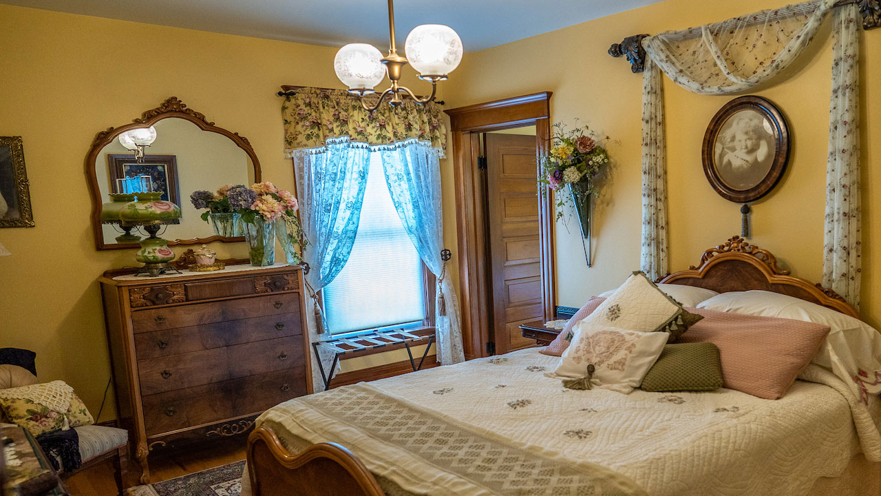 Wisconsin Bed and Breakfast :: Historic Inn with Lovely Rooms